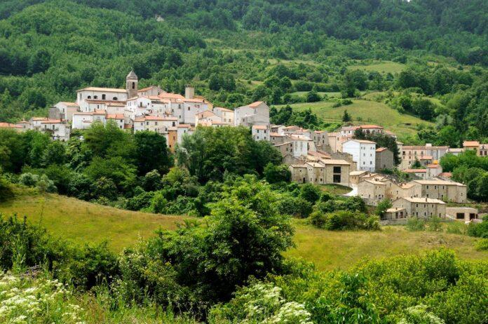Castel del Giudice: Il borgo che resiste e rinasce sostenibile
