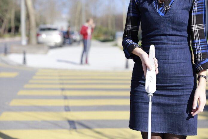 WeWALK, il bastone che aiuta i non vedenti con Google Maps