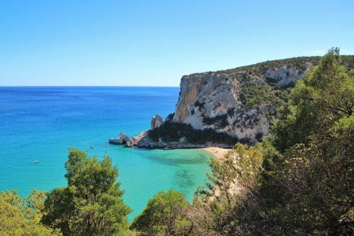 A piedi lungo la costa della Sardegna con il Cammino delle 100 Torri
