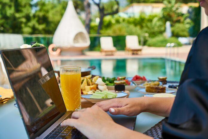 Holiday Working, lavorare senza rinunciare alle vacanze è possibile