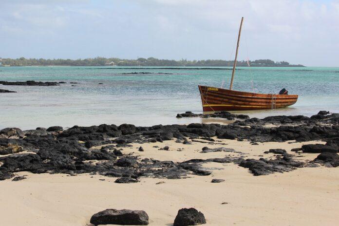 Mauritius: gli abitanti tagliano i propri capelli e li donano per salvare il mare